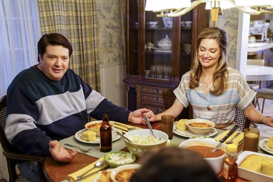 Noch ahnt Goerge Sr. (Lance Barber, l.) nicht, dass der eigentliche Sekretärinnen-Job von Mary (Zoe Perry, r.) sich für sie schon bald zu einer Eheb... - Bildquelle: Warner Bros. Television