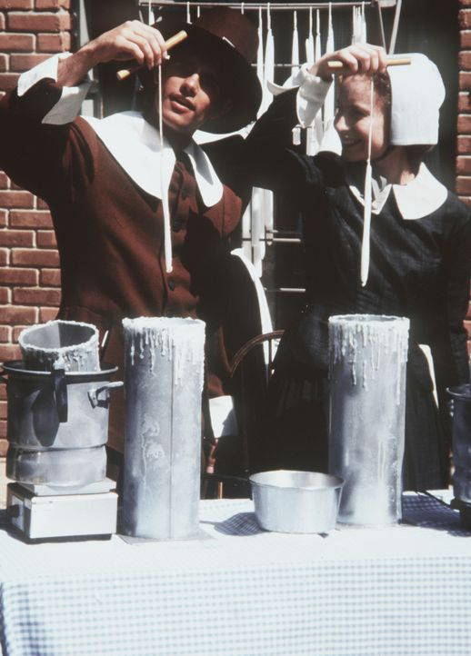 Sabrinas (Melissa Joan Hart, r.) und Harveys (Nate Richert, l.) Schulklasse macht einen Ausflug nach Salem, wo im 17. Jahrhundert die berüchtigten... - Bildquelle: Paramount