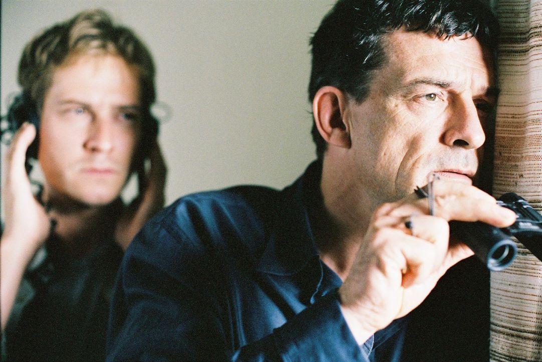 Steiner (Thomas Sarbacher, r.) und Zier (Niels Bruno Schmidt, l.) beobachten Kastenholz. - Bildquelle: Tom Trambow Sat.1