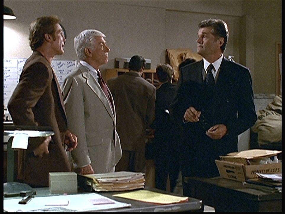 Steve (Barry Van Dyke, l.) und Mark (Dick Van Dyke, 2.v.l.) verhören Harry (Fred Willard), den Leiter der Poststelle im Fernsehsender.