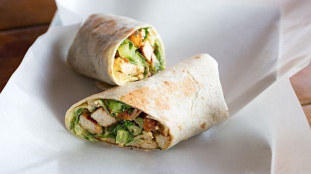 Gerollte Wraps gefüllt mit Avocado und Hähnchenfleisch