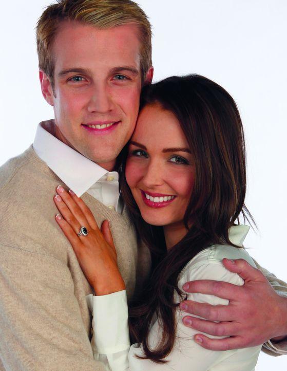 Das offizielle Verlobungs-Foto von William (Nico Evers-Swindell, l.) und Kate (Camilla Luddington, r.) ... - Bildquelle: The Königsberg Company