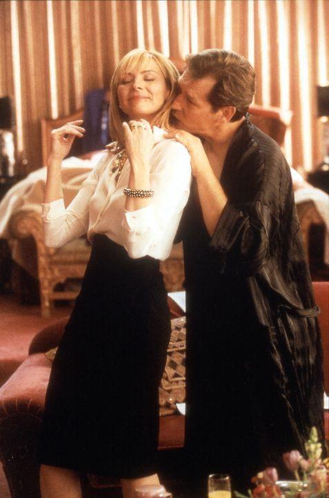 In Atlantic City beschattet Sam (Kim Cattrall, l.) ununterbrochen Richard (James Remar, r.), da sie davon überzeugt ist, dass er in seine alten Gewo... - Bildquelle: Paramount Pictures