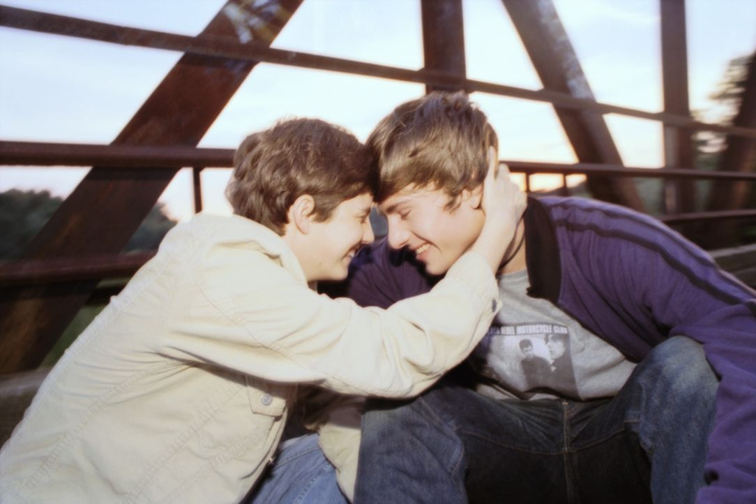 Zunehmend verwirren Chico (Florian Jahr, r.) die Gefühle, die er seinem vermeintlichen Freund Frankie entgegenbringt. Auch Luka (Jana Straulino, l.)... - Bildquelle: Gordon Mühle ProSieben