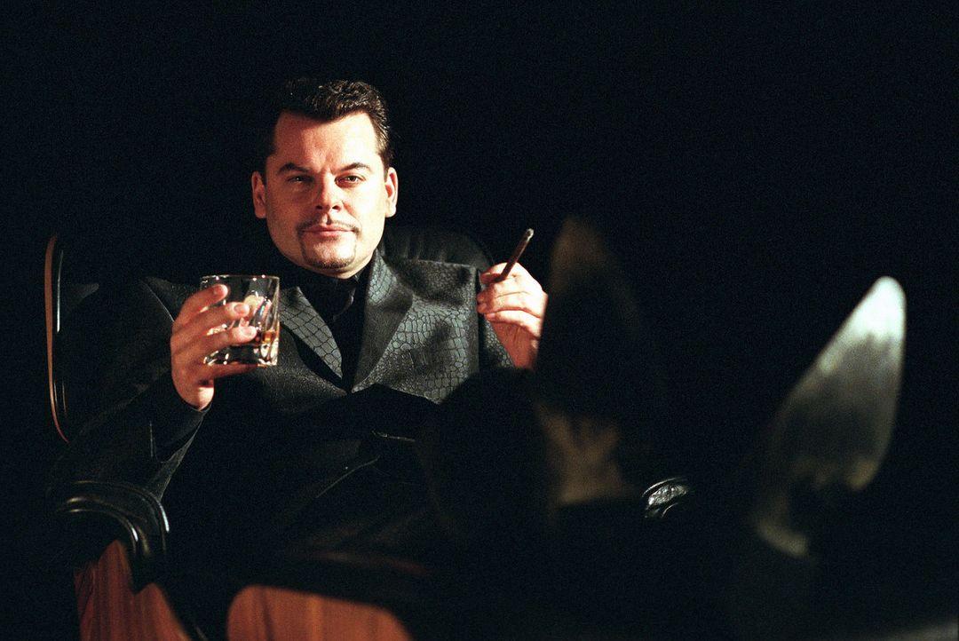 Siegbert Spielhagen wird von Alf Devil (Ingo Appelt) mehrmals eindringlich aufgefordert, endlich seine Schulden zu bezahlen. - Bildquelle: Stefan Erhard Sat.1