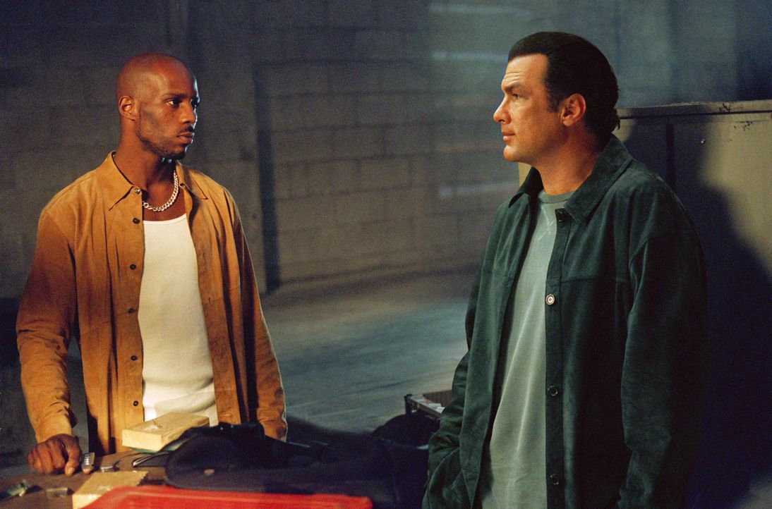Gut gegen Böse: Polizist Boyd (Steven Seagal, r.) und Drogenkönig Latrell Walker (DMX, l.) ... - Bildquelle: Warner Bros. Pictures