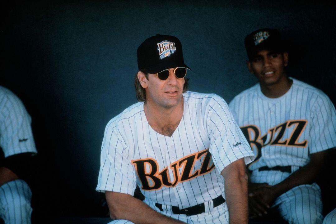 Der ausgemusterte Baseball-Star Gus Cantrell (Scott Bakula, M.) soll das erfolglose Buzz-Team wieder auf die Beine bringen. Schnell wird ihm klar, d... - Bildquelle: Warner Bros.