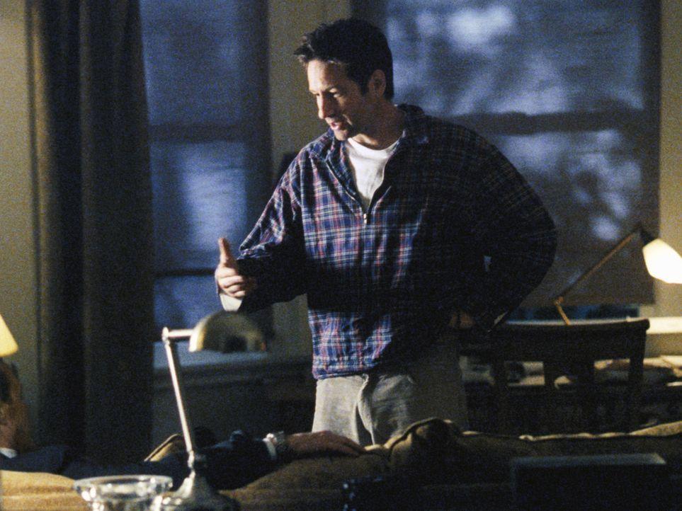 Als Doggett von einem geheimnisvollen Unbekannten attackiert wird, vermutet er, dass der Eindringling Mulder (David Duchovny) sei, doch Scully ist v... - Bildquelle: 2002 Twentieth Century Fox Film Corporation. All rights reserved.