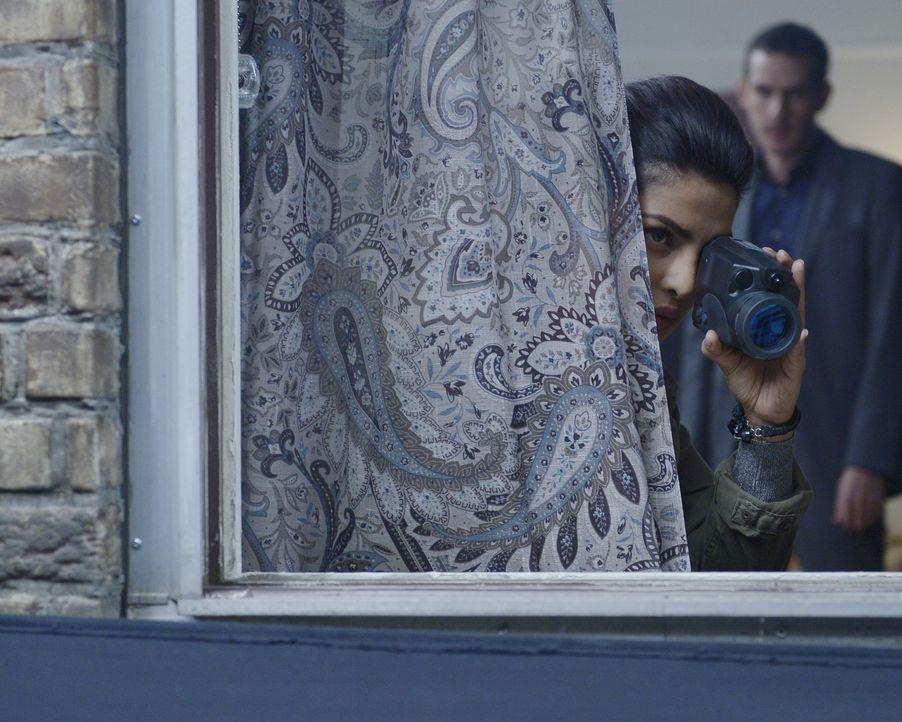 Während Natalie versucht, Alex (Priyanka Chopra, l.) zu fassen, steht Simon (Tate Ellington, r.) ihr bei, ihre Unschuld zu beweisen ... - Bildquelle: Philippe Bosse 2015 ABC Studios