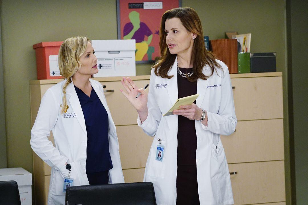 Sind sich nicht einig, was die Hilfsbereitschaft gegenüber Bailey betrifft: Dr. Hermans (Geena Davis, r.) und Arizona (Jessica Capshaw, l.) ... - Bildquelle: ABC Studios