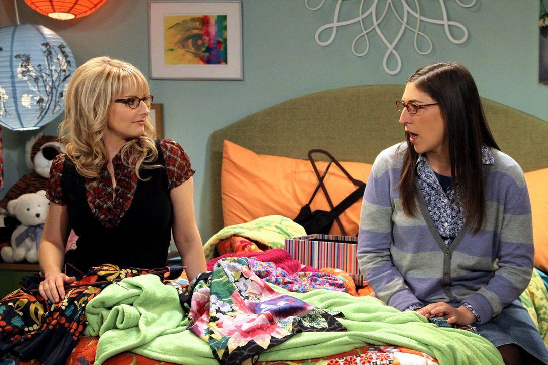 Geben Penny gute Ratschläge für ihr Date mit Leonard: Bernadette (Melissa Rauch, l.) und Amy (Mayim Bialik, r.) ... - Bildquelle: Warner Bros. Television
