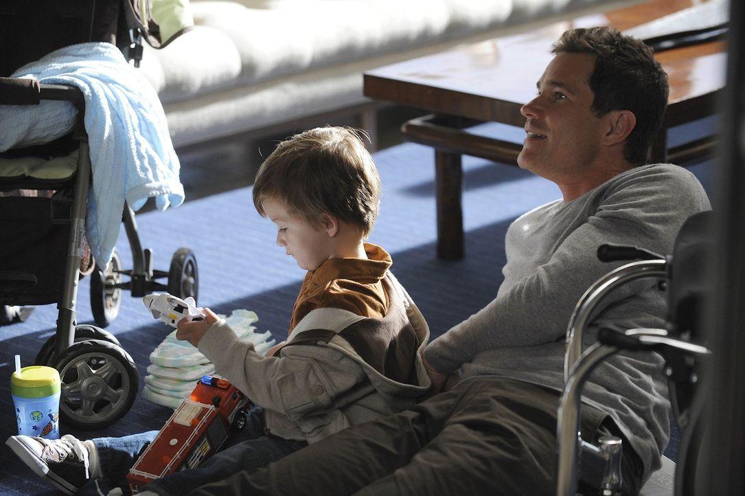 Genießt die Zeit mit seinem Sohn: Sean (Dylan Walsh, r.) ... - Bildquelle: Warner Bros. Entertainment Inc. All Rights Reserved.