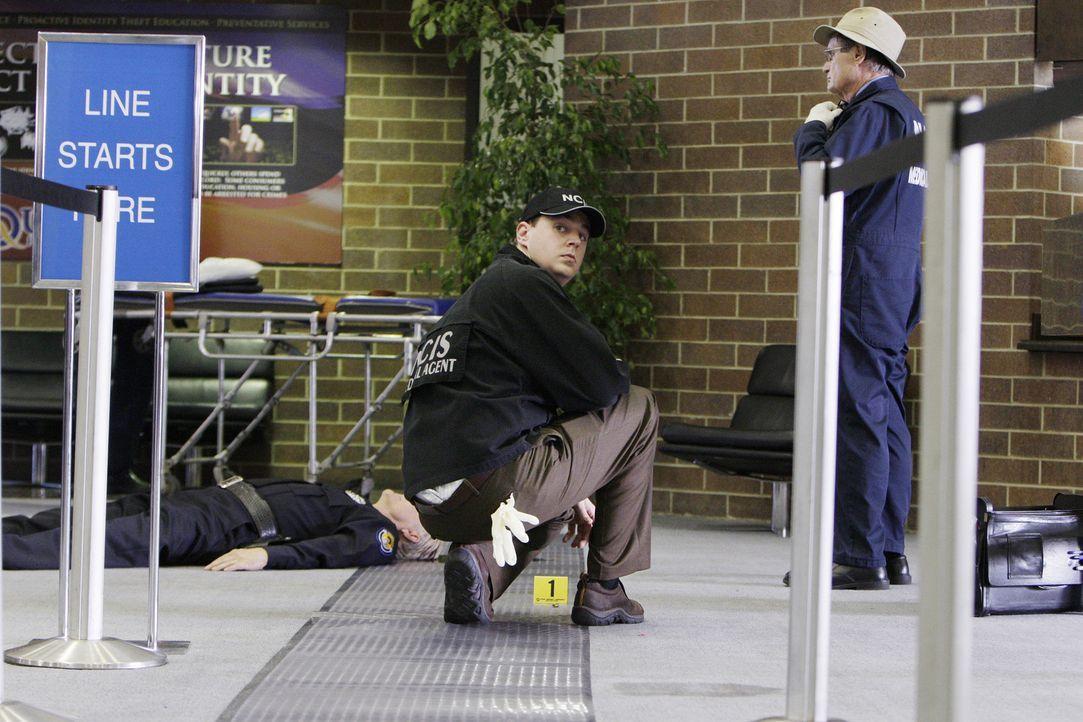 Eine Bank auf dem Navy-Stützpunkt in Quantico wird überfallen und dabei ein Wachmann erschossen. McGee (Sean Murray, M.) und Ducky (David McCallum... - Bildquelle: CBS Television