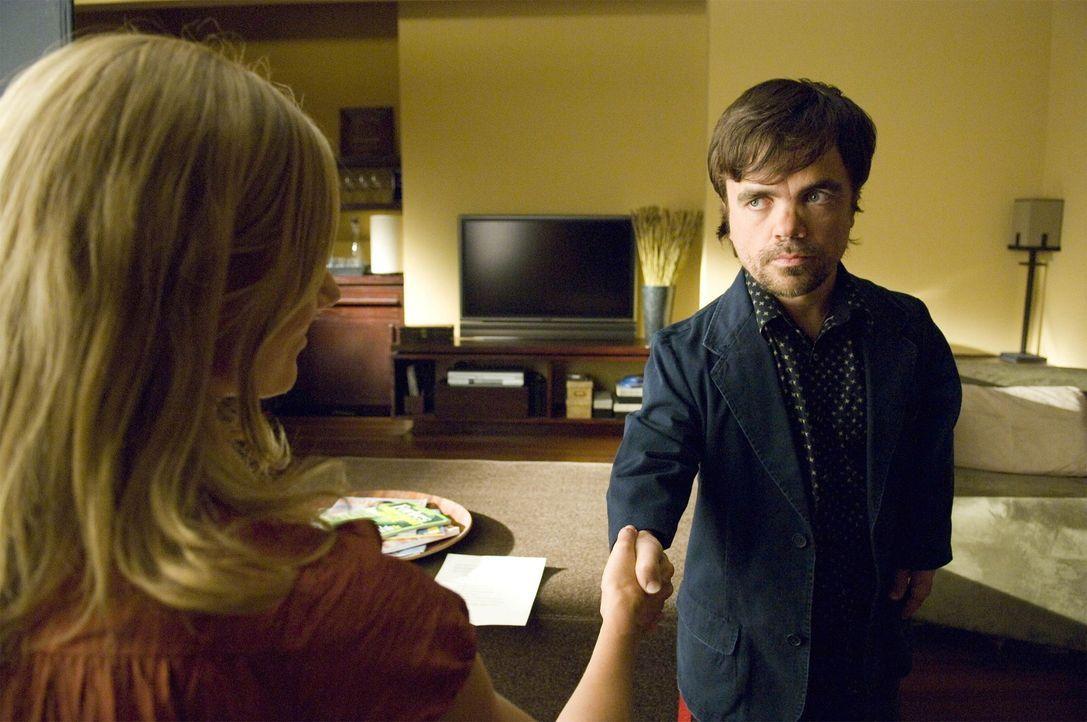 Julia (Joely Richardson, l.) ist von Marlowe Sawyer (Peter Dinklage, r.) begeistert und möchte, dass er den Job als Kindermädchen annimmt ... - Bildquelle: TM and   2004 Warner Bros. Entertainment Inc. All Rights Reserved.