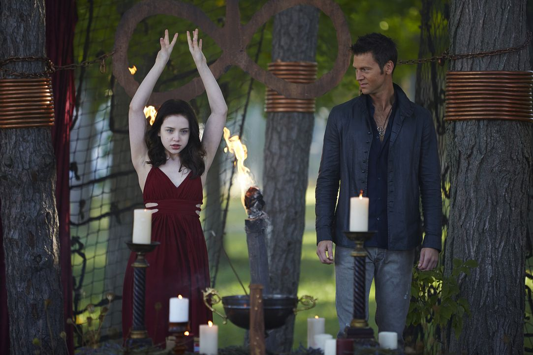 Gelingt es Aleister (Sean Rogerson, r.), Savannah (Kiara Glasco, l.) unter seine Kontrolle zu bringen? - Bildquelle: 2015 She-Wolf Season 2 Productions Inc.