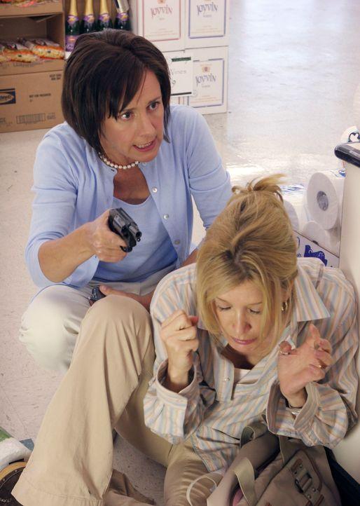 Während der Geiselnahme stichelt Nora wieder einmal gegen Lynette (Felicity Huffman, r.), obwohl Carolyn (Laurie Metcalf, l.) alle angehalten hat, n... - Bildquelle: 2005 Touchstone Television  All Rights Reserved