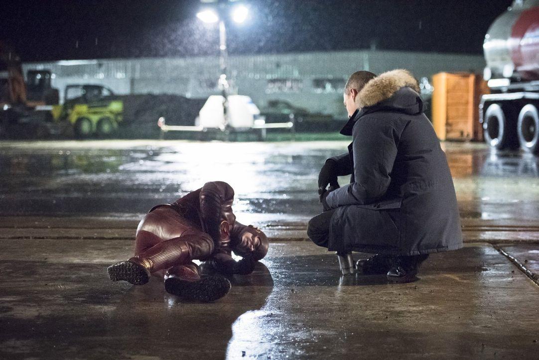 Eigentlich hatte Barry alias The Flash (Grant Gustin, l.) gehofft, dass er mit Leonard alias Captain Cold (Wentworth Miller, r.) zusammenarbeiten ka... - Bildquelle: Warner Brothers.