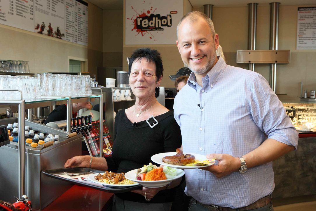 """Vor 7 Jahren erfüllte sich die Holländerin Elly Valckx (l.) ihren Lebenstraum. Zusammen mit ihrem Ehemann Wolfgang eröffnete sie """"Elly's Bikertreff""""... - Bildquelle: Frank Hempel kabel eins"""