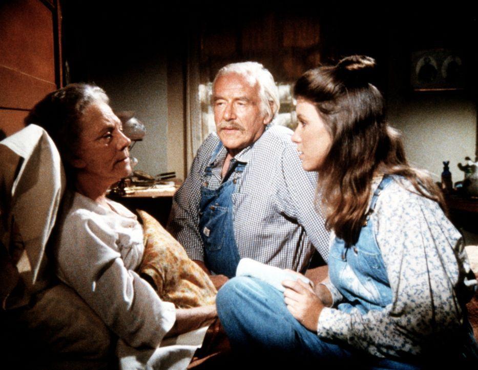 Elisabeth (Kami Cotler, r.) und Sam (Will Geer, M..) kümmern sich um Ester Walton (Ellen Corby, l.), die eine Magen-Darm-Grippe zu haben scheint ... - Bildquelle: WARNER BROS. INTERNATIONAL TELEVISION