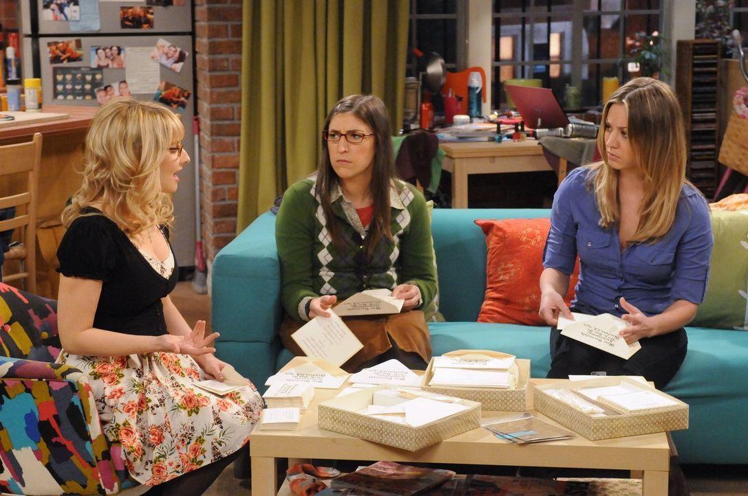 Frauengespräche: Penny (Kaley Cuoco, r.), Amy (Mayim Bialik, M.) und Bernadette (Melissa Rauch, l.) ... - Bildquelle: Warner Bros. Television