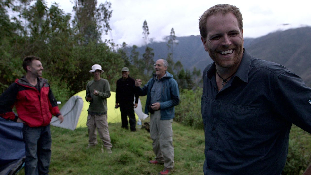 Abenteurer Josh Gates (r.) campiert mit seinem Team mitten im peruanischen Dschungel, um dort nach der legendären goldenen Stadt Eldorado zu suchen... - Bildquelle: 2015, The Travel Channel, L.L.C. All Rights Reserved.