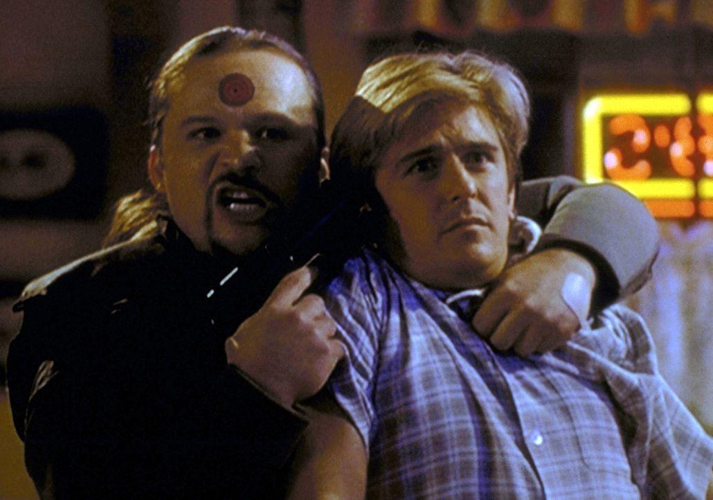 Der Gangster Fallon (Travis Tritt, l.) hat Jessie (Charlie Schlatter, r.) als Geisel genommen, um Steve zu erpressen. - Bildquelle: Viacom