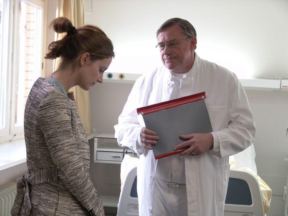 Der behandelnde Arzt Dr. Reinhard (Wilfried Dziallas, r.) rät Andrea (Marie Zielcke, l.) ihr Leben gründlich zu ändern und mehr auf ihren Körper zu... - Bildquelle: Volker Roloff Sat.1