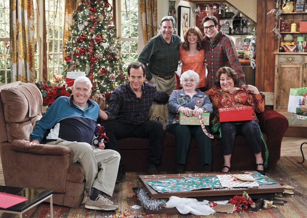 Um die Weihnachtsstimmung nicht zu ruinieren, versucht Carol (Margo Martindale, r.), ihre gestörte Beziehung zu ihren Eltern Bud (Jerry Van Dyke, l.... - Bildquelle: 2013 CBS Broadcasting, Inc. All Rights Reserved.