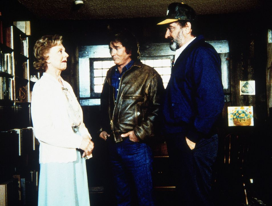 Jonathan (Michael Landon, M.) und Mark (Victor French, r.) besuchen Harveys Nachbarin Mildred (Louise Latham, l.), die sich von ihm ausgenutzt fühlt. - Bildquelle: Worldvision Enterprises, Inc.