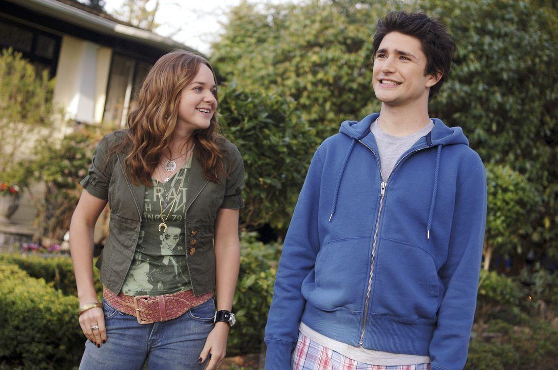 Weil Nicole gerade keine Zeit hat, muss sich Lori (April Matson, l.) um Kyle (Matt Dallas, r.) kümmern. Der June hat noch immer Probleme damit, sic... - Bildquelle: TOUCHSTONE TELEVISION
