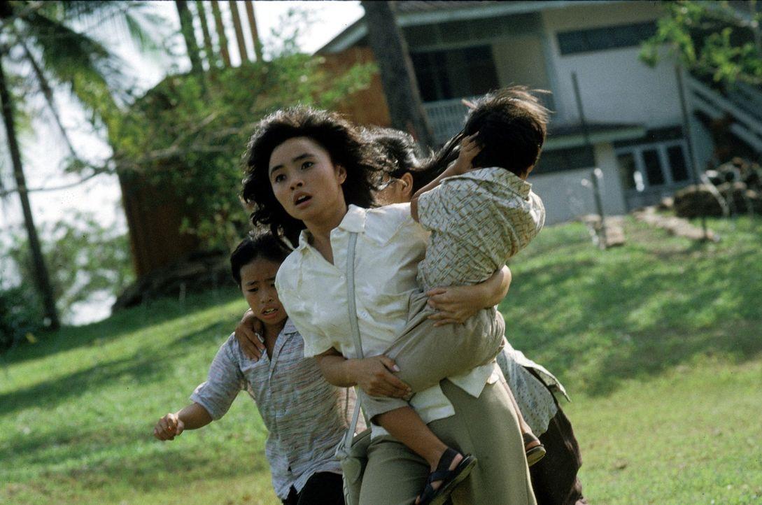 Le Ly (Hiep Thi Le, M.) erlebt den Vietnamkrieg in all seinen grausamen Erscheinungen. Kann sie sich und ihre Familie in Sicherheit bringen? - Bildquelle: Warner Bros.