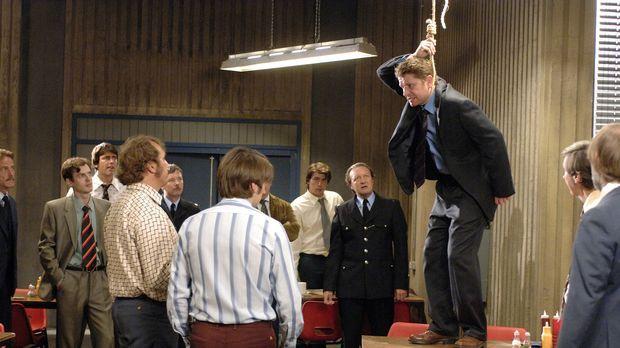 Simon Lamb (Reece Dinsdale, 3.v.r.) droht damit, sich das Leben zu nehmen, we...