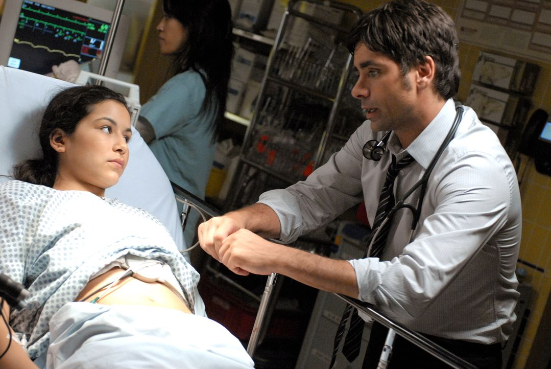 Tony Gates (John Stamos, r.) kümmert sich um eine schwangere Frau (Emily Rios, l.), die in die Notaufnahme eingeliefert wurde ... - Bildquelle: Warner Bros. Television