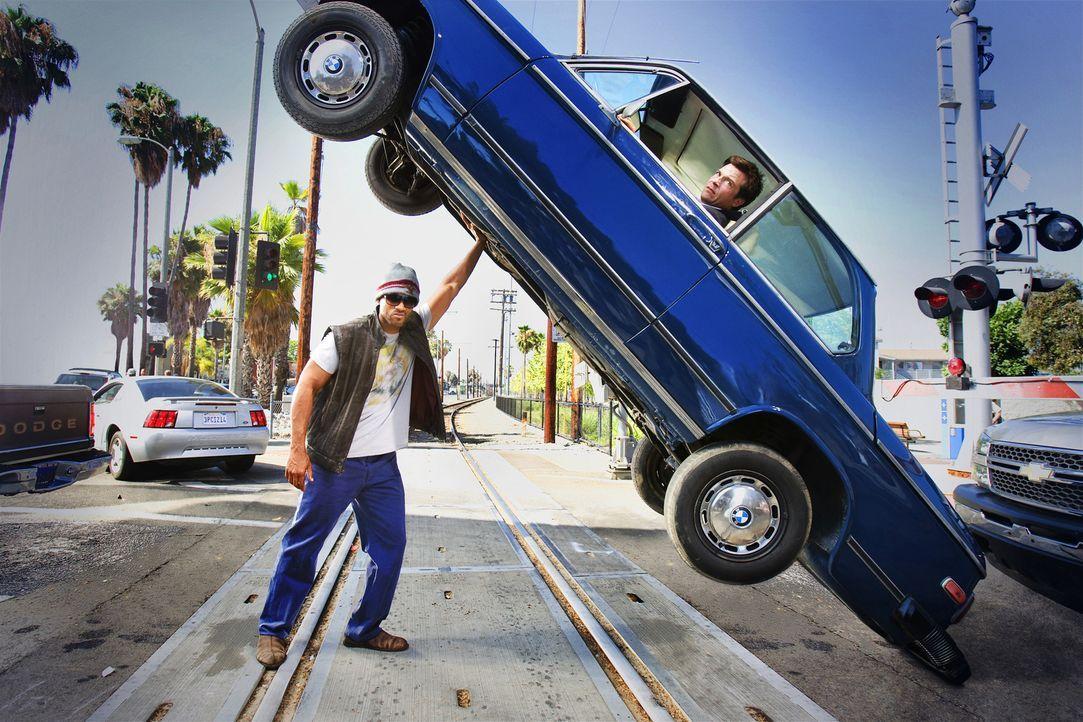 Die Bevölkerung von L.A. ist sich einig: Der Superheld Hancock (Will Smith, l.), der nach jeder Heldentat eine beispiellose Spur der Verwüstung hint... - Bildquelle: Sony Pictures