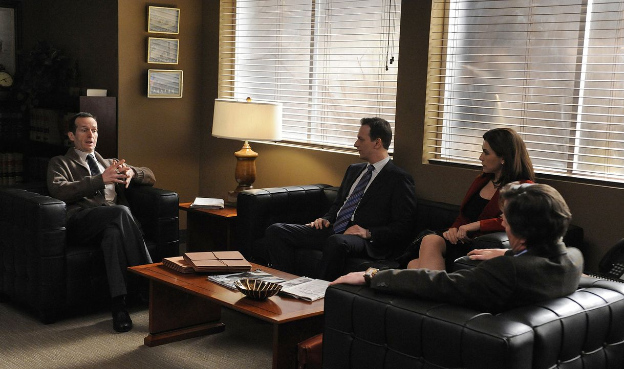 Will Gardner (Josh Charles, 2.v.l.), Alicia Florrick (Julianna Margulies, 2.v.r.) und Louis Canning (Michael J. Fox, r.) besprechen mit Richter Aber... - Bildquelle: CBS   2011 CBS Broadcasting Inc. All Rights Reserved.