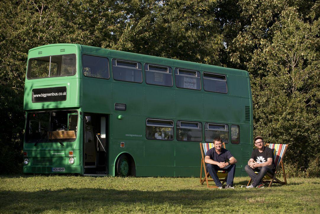 Kann man einen 30-jährigen Doppeldeckerbus in einluxuriöses Feriendomizil umbauen? George Clarke (l.) macht gemeinsam mit Tischler Adam (r.) den Tes... - Bildquelle: Andrew Hasson Andrew Hasson