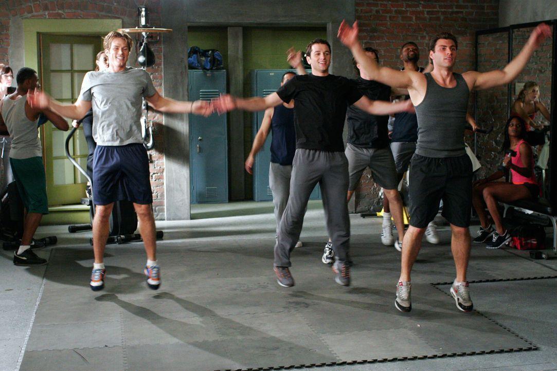 Im Fitness-Studio lernt Kevin (Matthew Rhys, vorne M.) den Serien-Darsteller Chad Barry (Jason Lewis, vorne l.) kennen und ist gleich Feuer und Flam... - Bildquelle: Disney - ABC International Television