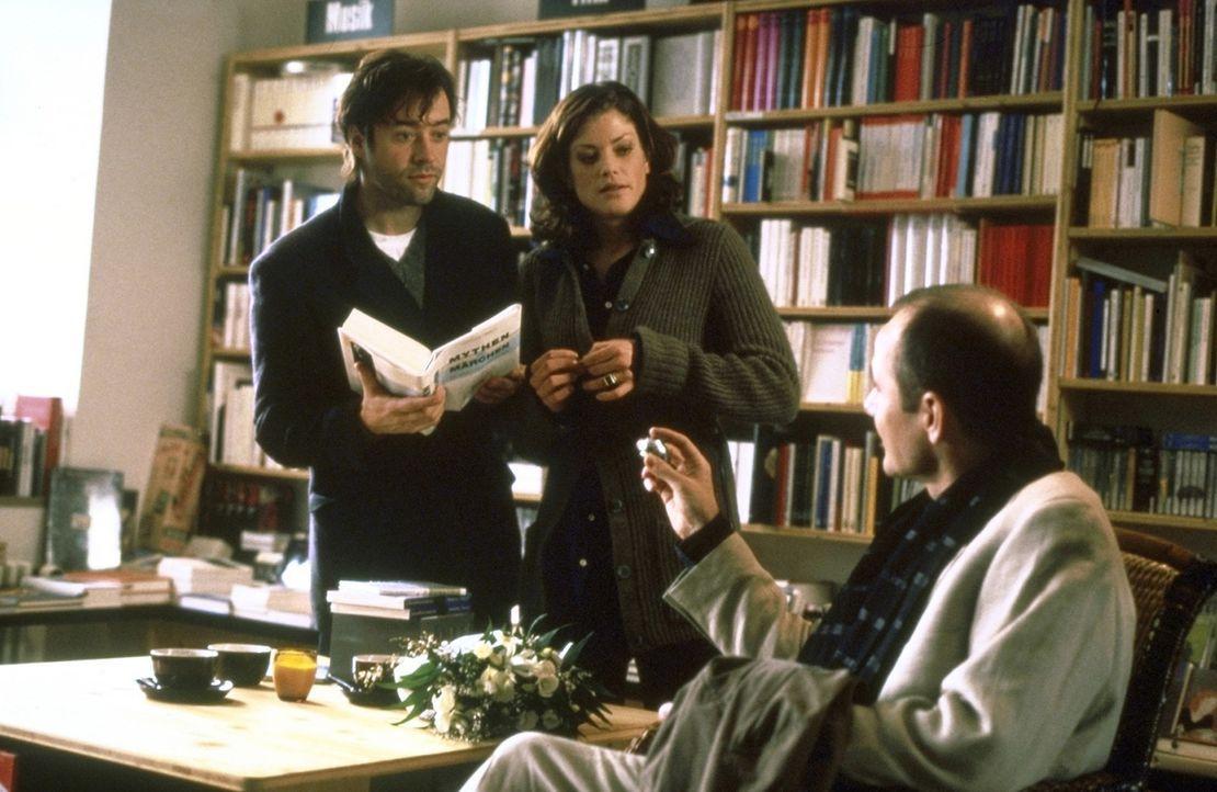 In der Buchhandlung arrangiert Alexandra (Marie Bäumer, M.) ein Treffen zwischen dem Schriftsteller Thomas (Jan Josef Liefers, l.) und dem Lektor Es... - Bildquelle: Andreas La Rosé ProSieben