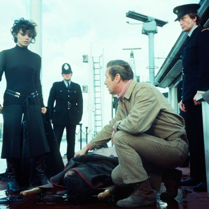 Und schon wieder hat der Mörder zugeschlagen: Danny (Uschi Glas, l.) und Inspektor Craig (Hansjörg Felmy. 2.v.re.) untersuchen den Tatort ... - Bildquelle: Constantin Film