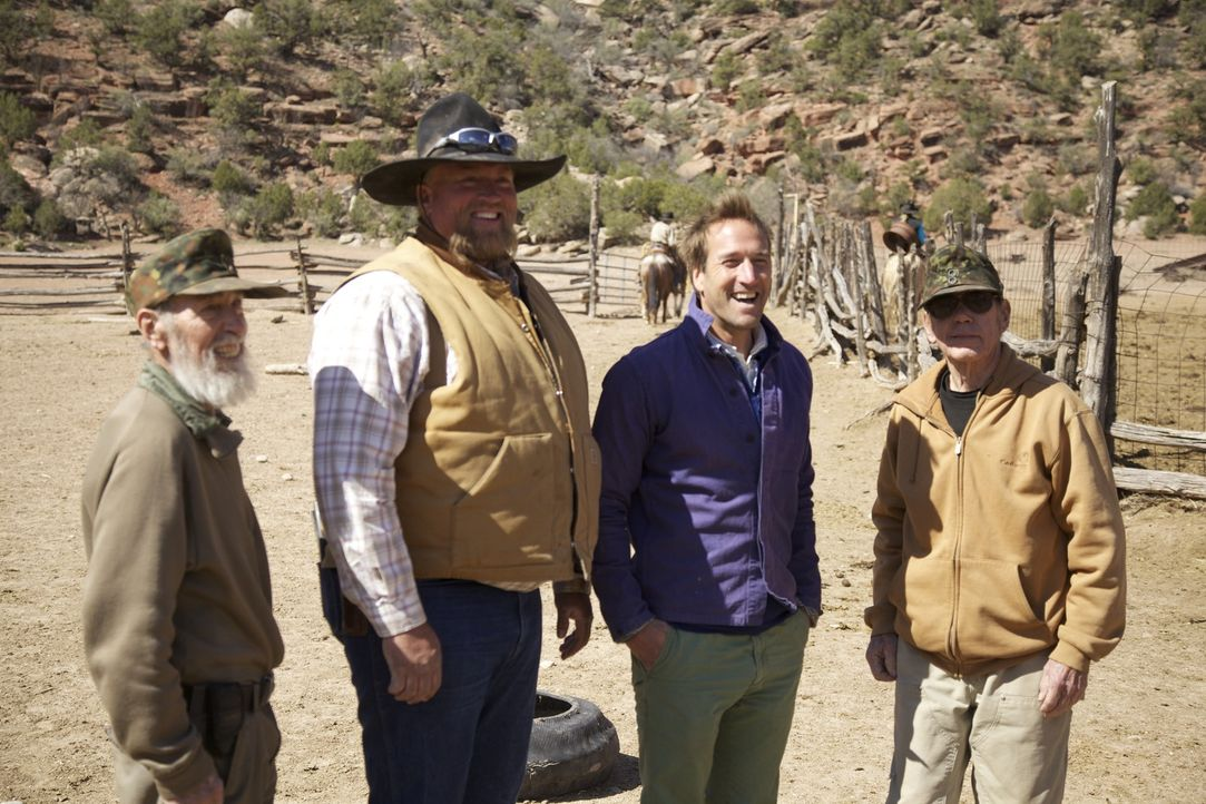 Abenteurer Ben Fogle (2.v.r.) trifft die Zwillingsbrüder Bill (l.) und Bob (r.), die seit über 20 Jahren in der Wildnis Colorados leben - Nachbar Ch... - Bildquelle: Renegade Pictures
