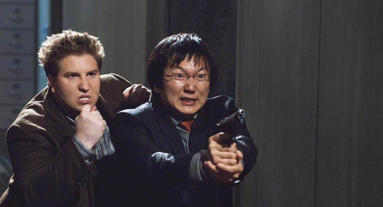 Als fast alle Agenten von Gangstern enttarnt werden, müssen der Analytiker und die beiden Erfinder Bruce (Masi Oka, r.) und Lloyd (Nate Torrence, l.... - Bildquelle: Warner Brothers