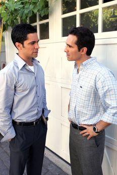 Cold Case - Scott (Danny Pino, l.) besucht seinen Bruder Mike (Nestor Carbone...
