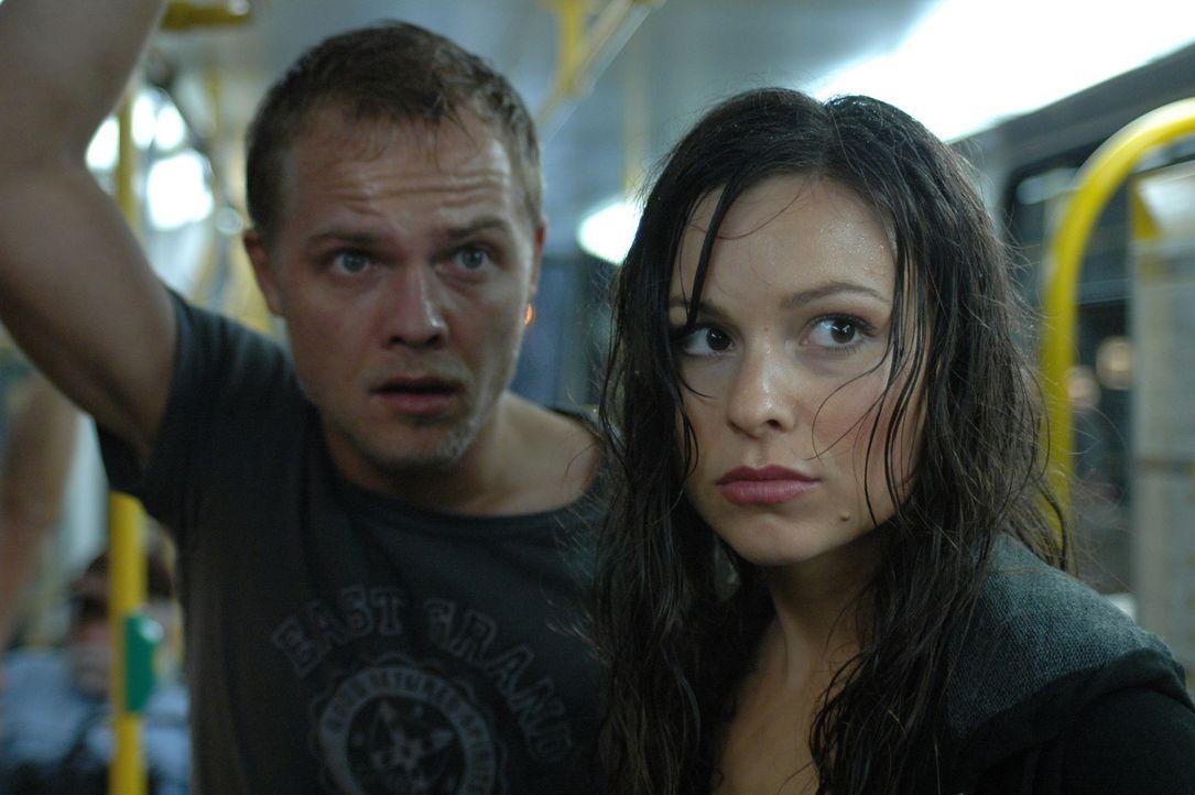 Gebannt beobachten Jan (Matthias Koeberlin, l.) und Eva (Mina Tander, r.) das gewaltige Naturschauspiel. Da wendet der Tornado und rast direkt auf d... - Bildquelle: ProSieben