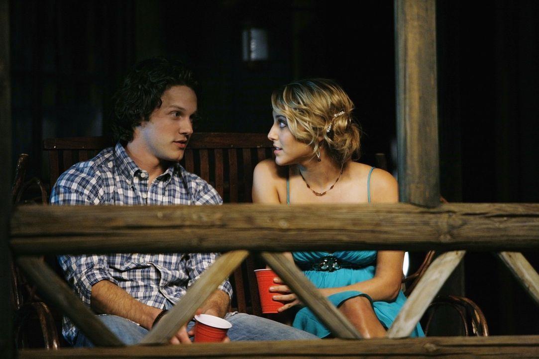 Kommen sich auf einer Party näher: Carter (Zachary Abel, l.) und Lauren (Cassie Scerbo, r.) - Bildquelle: 2009 DISNEY ENTERPRISES, INC. All rights reserved. NO ARCHIVING. NO RESALE.