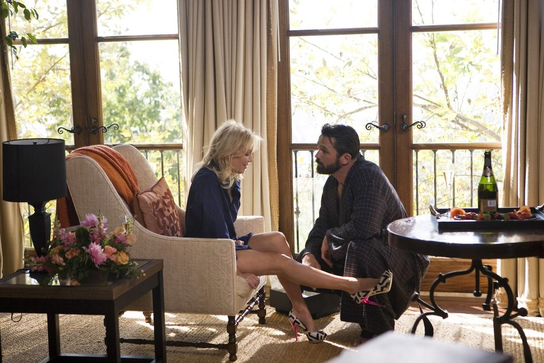 Die Schuhe sind nur eine kleine Überraschung - die große folgt am Abend: Amanda (Heather Locklear, l.) und Ben (Billy Campbell, r.) - Bildquelle: 2009 The CW Network, LLC. All rights reserved.