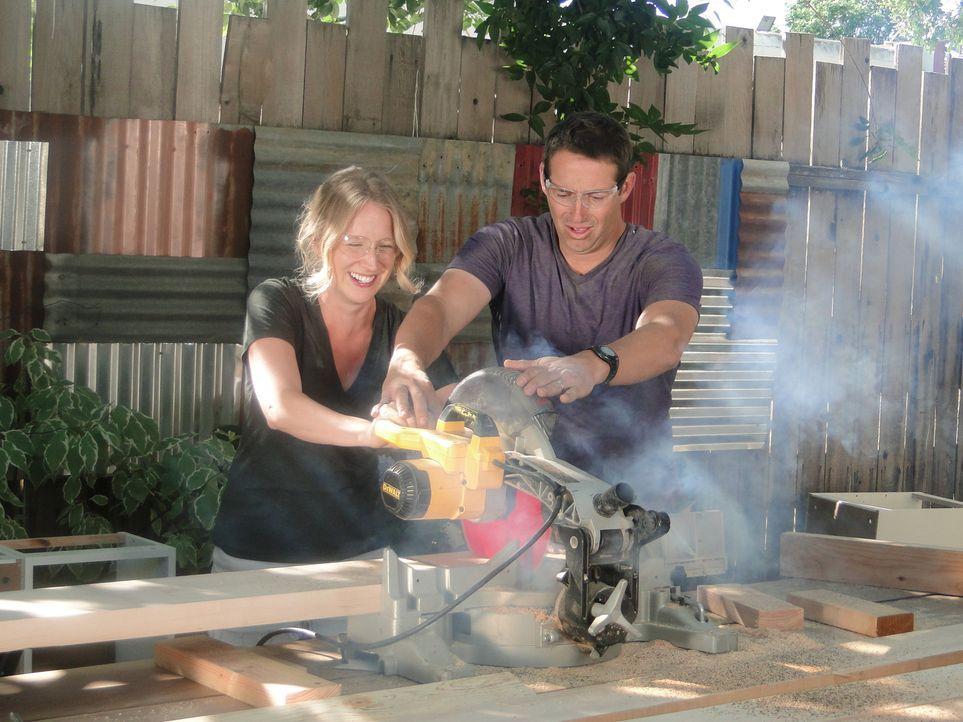 Profihandwerker Josh (r.) sorgt gemeinsam mit Lacadia (l.) dafür, dass die Küche von ihr und ihrem Mann ein echter Traum wird ... - Bildquelle: 2013,DIY Network/Scripps Networks, LLC. All Rights Reserved
