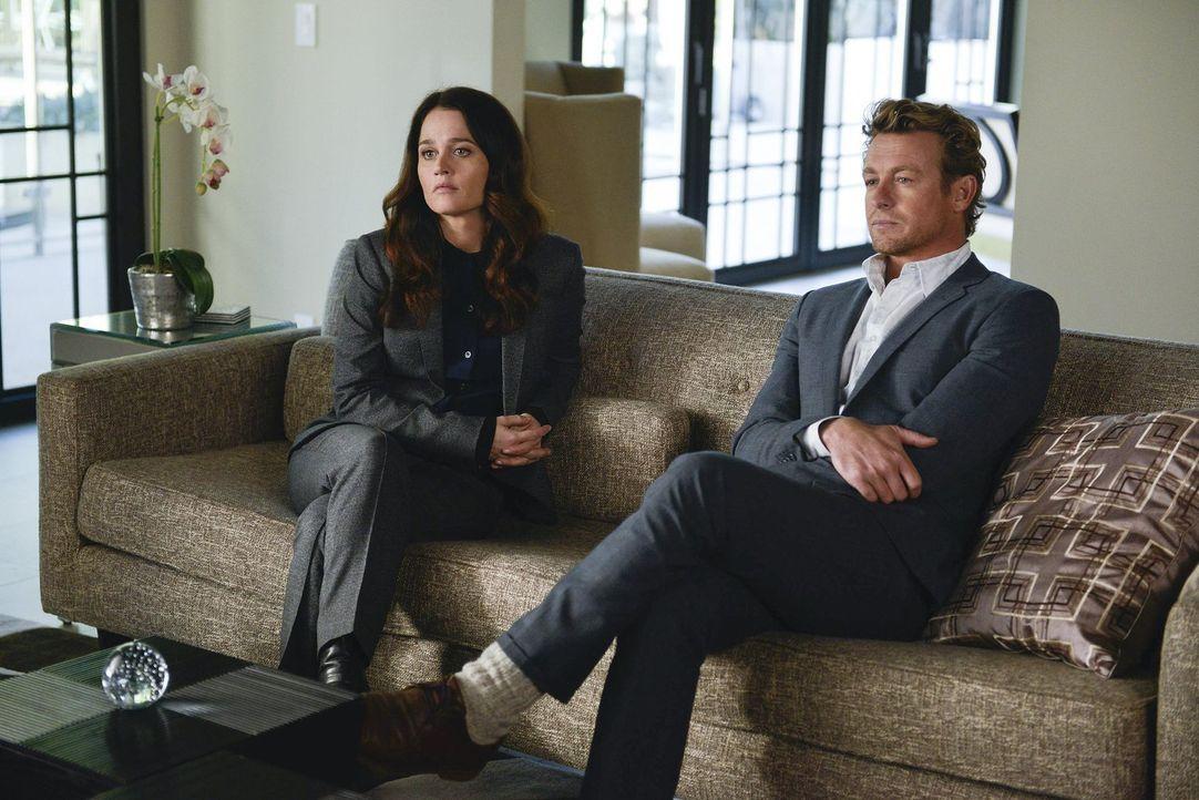 Ihr neuer Fall führt sie in das Haus des Psychiaters Feinberg, dessen Ehefrau vor zehn Jahren ermordet wurde: Jane (Simon Baker, r.) und Lisbon (Rob... - Bildquelle: Warner Bros. Television