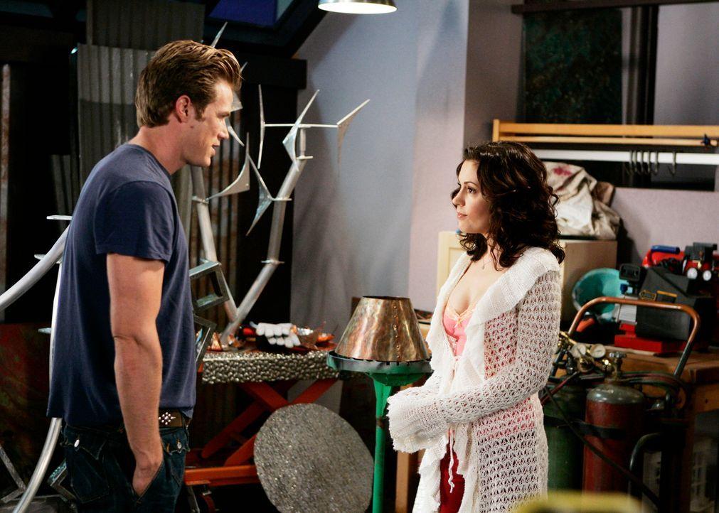 Nachdem Dex (Jason Lewis, l.) herausgefunden hat, wer Phoebe (Alyssa Milano, r.) wirklich ist, will er mit ihr nichts mehr zu tun haben ... - Bildquelle: Paramount Pictures