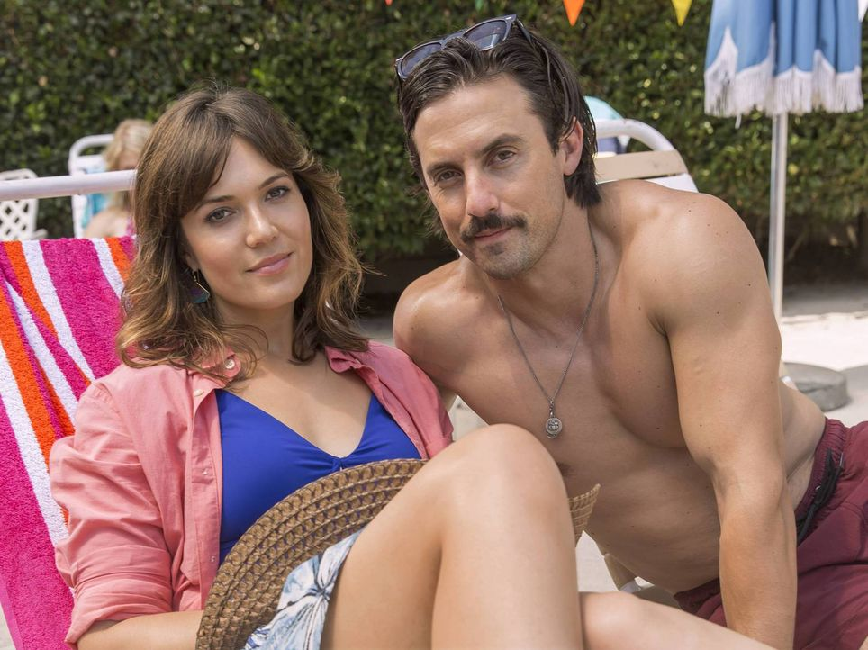 Wollen mit ihren Kindern einen schönen Tag im Freibad verbringen: Rebecca (Mandy Moore, l.) und Jack (Milo Ventimiglia, r.). Doch dieser endet mit e... - Bildquelle: Ron Batzdorff 2016-2017 Twentieth Century Fox Film Corporation.  All rights reserved.   2017 NBCUniversal Media, LLC.  All rights reserved.