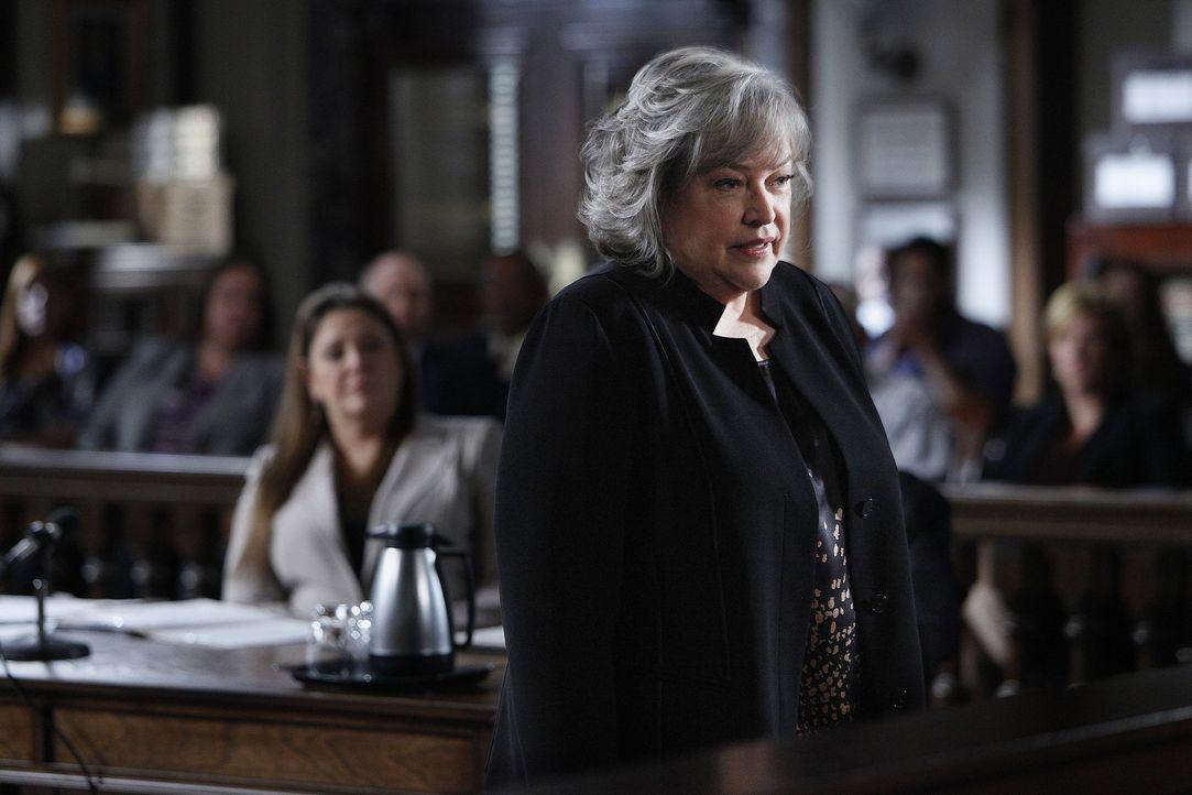 Verteidigt ein Mädchen verteidigt das wegen Mordes angeklagt wurde: Harry (Kathy Bates) ... - Bildquelle: Warner Bros. Television